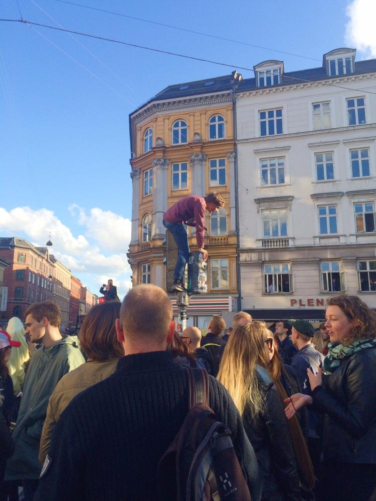 One streetlight climber